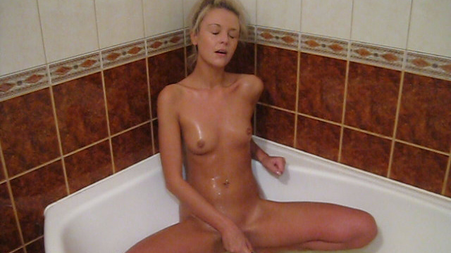 Wet hottie bathtub dildoing