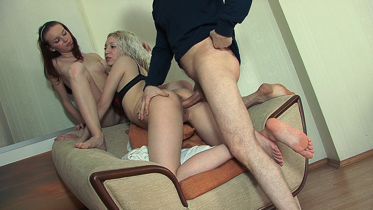 Casual threesome with nubile babes
